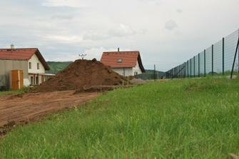 tady v zadní části bude terasa... aby nás nevyplavil přívalák musíme mít dům přizvednutý, za plotem už je pole