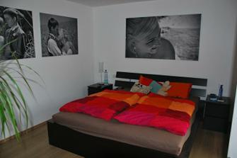 trošku zútulněná ložnice, obrazy dárek od mamky k našemu 1. výročí manželství :)