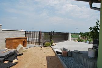 a konečně dodělaný plotový díl, samonosná posuvná brána a branka. Jsme po roce celí zavření.