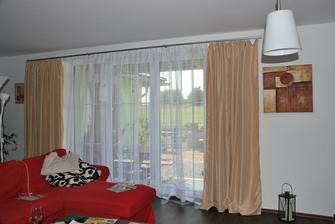 snad poslední změna v obýváku na okně :)) opět změněný závěs, konzole a konečně i záclona! Hned to vypadá úplně jinak a útulněji