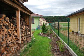 konec zahradu, na dřevník a kůlnu soused pěkně nadává, že nemá výhled :-D