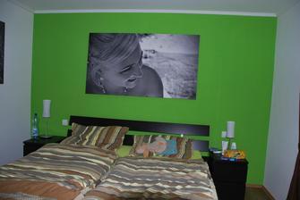 a ještě víc zútulněná ložnice... vymalovaná stěna za čelem postele.. zbytek stěn zůstane bílý.