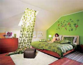 zelená stěna nebo červen stěna a tmavěhnědý nábytek