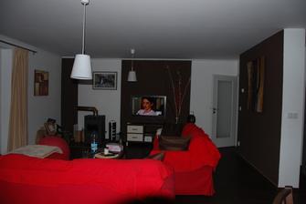 oživený obývák.. je to tmavší než to celé bílé, ale mnohem útulnější! Barva je z obi - čokoláda... na stěnu k obrazu ještě musíme přidělat lištu na strop :)