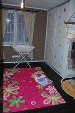 kytičky na skříni ladí i s kobercem a polštářem :)