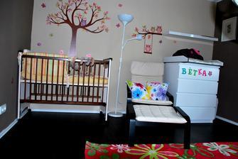 a poslední doplněk... lampička a křeslo na kojení a čtení pohádek :)