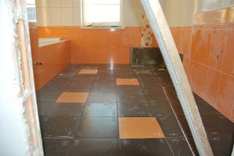 hotová podlaha ve velké koupelně