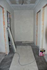 podlaha ve vstupní chodbě (to bílé vzdahu je úmyslně, došla hnědá a bude tam stejně skříň)