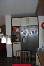 po třech letech dodělá kuchyń - část kolem lednice, skříň s policemi je na kolečkách, aby se dalo dostat za lednici vyměnit filtr
