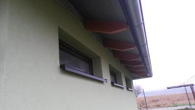 Po 3 letech dodělaná fasádní barva u oken garáže. Heureka!