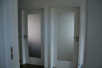 dveře na hlavní chodbě, do pracovny a obýváku