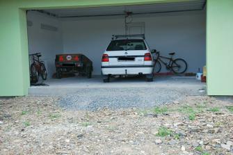 Vjezd do garáže... chybí zámkovka... a kolaudační komisy se nelíbil schod do garáže :D