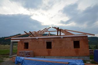 Vrchná platňa hotová začíname zo strechou 19.8.2014