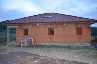 Strecha je hotová aj zo strešnými oknami 29.8.2014
