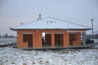 Pohľad z ľava - balkón + okno: spálňa. Vedľa 2ks veľké okná: obývačka. Vpravo balkón + okno: kuchyňa. 25.1.2015