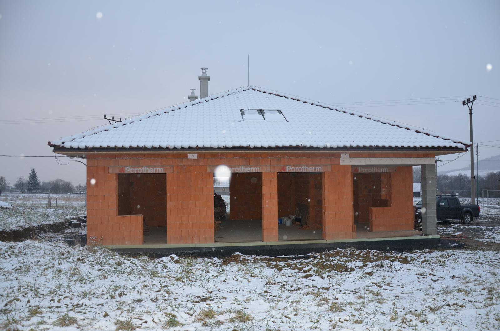 Náš budúci domov - Pohľad z ľava - balkón + okno: spálňa. Vedľa 2ks veľké okná: obývačka. Vpravo balkón + okno: kuchyňa. 25.1.2015