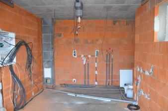Pokračujeme - kúrenie, voda, elektrika: garáž, bude tu aj kotol na kúprenie. 28.2.2016