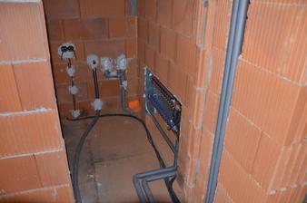 Pokračujeme - kúrenie, voda, elektrika: technická miestnosť - práčka a sušička. 28.2.2016