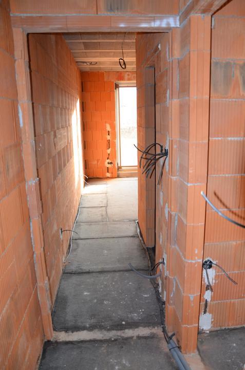 Pokračujeme - kúrenie, voda, elektrika: chodba - v pravo kúpeľňa rodičia - šatník v spálni a spálňa. 28.2.2016