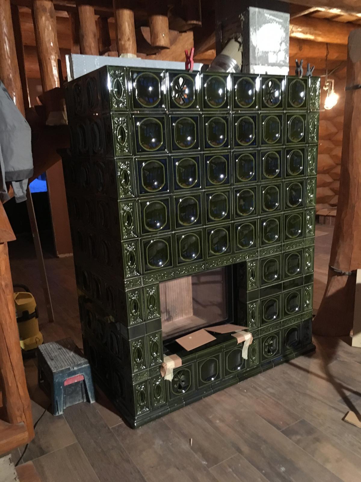 Kachľový teplovodný kozub Hoxter, keramika Kerkotherm v drevenom zrube na horách... - Obrázok č. 5