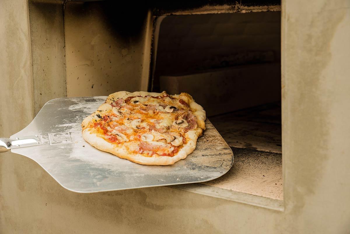 Blíži sa víkend a víkend môže byť spojený aj s pečením domácej pizze, šťavnatého pečeného mäska alebo domáceho chleba 🍞🥖... to všetko si dokážete upiecť v domácej peci, v ktorej takéto jedlo či pečivo chutí naozaj výnimočne.. Domácu pec vám od firmy BRUNNER vieme dodať a postaviť.  Realizácia tejto pece nie je časovo náročná, keďže sa jedná o set na rozdiel od individuálne stavanej pece - pre bližšie informácie nás kontaktujte. www.krby-juko.sk - Obrázok č. 3