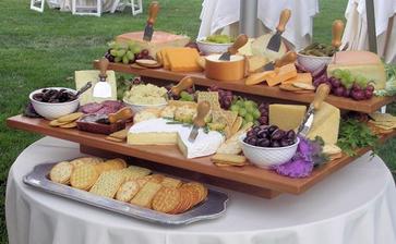 Sýrové a salámové mísy na raut.