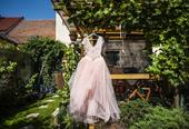 Růžové šaty, 40