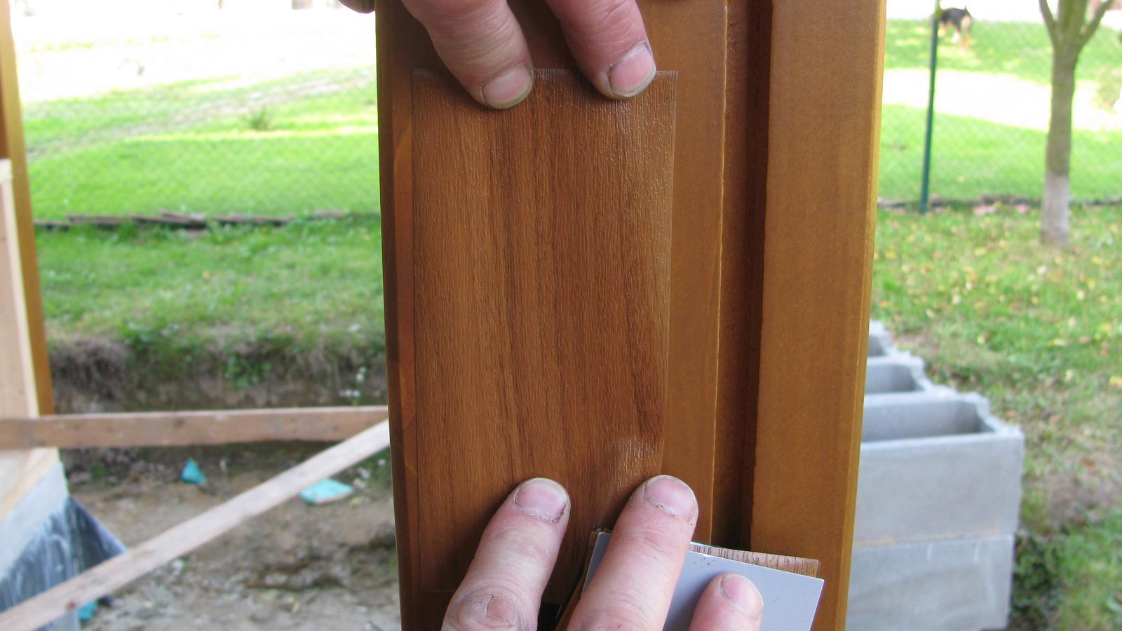 Naše DOMA 🏠 - folie na garážová vrata vybraná :-) , nejbližší odstín