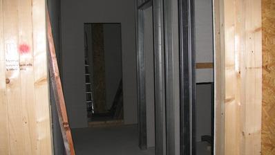 pohled z ložnice do chodby a komory