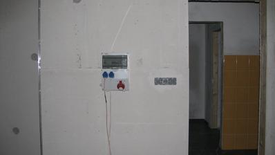 staveništní rozvaděč přemístěn do garáže