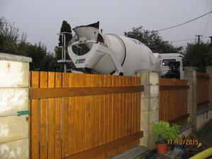 přijel finální beton na terasy.....kolečka a makat...:-) 2,5 kubíků