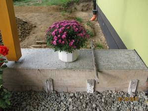 tady jednou bude velký asi betonový truhlík na kytičky