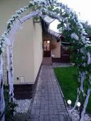 Kvetinky na výzdobu svadobnej brány,