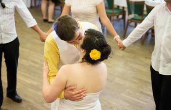 po převlečení a první pomoci konečně první tanec - v cuklích od babičky :-D