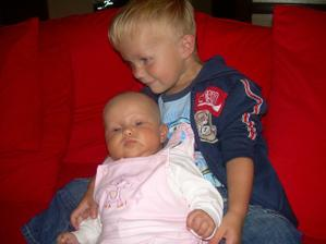 dvouletý Danielek a tříměsíční Viktorka
