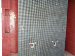za touto stenou je este sprcha...