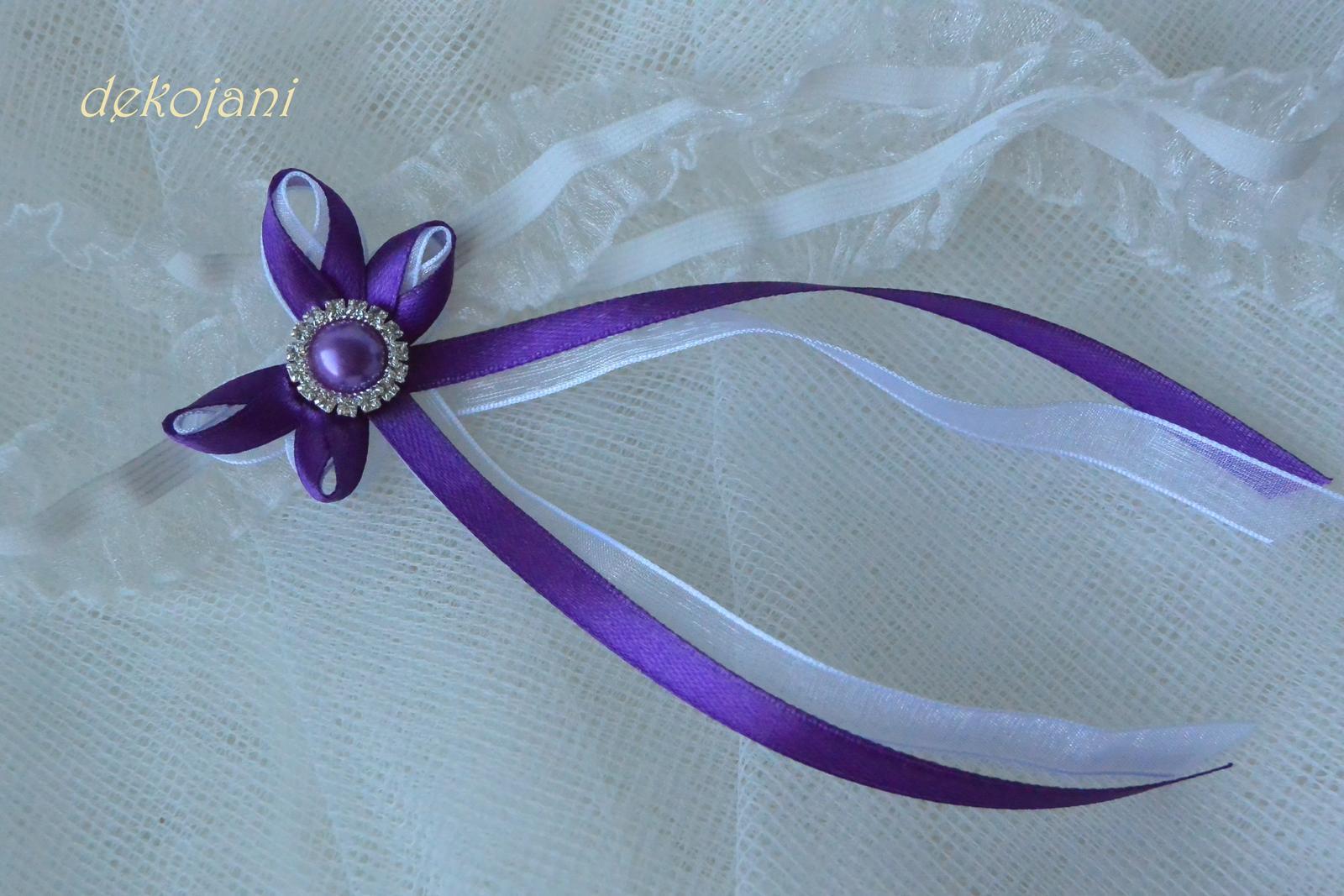 Podvazky- ušiji ve všech barvách! - Svatební podvazek s fialovou mašličkou a fialovou štrasovoperlovou broží...139kč.