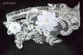 Krajkový podvazek mnou vyrobenými kytičkami a zdobený perličkami....