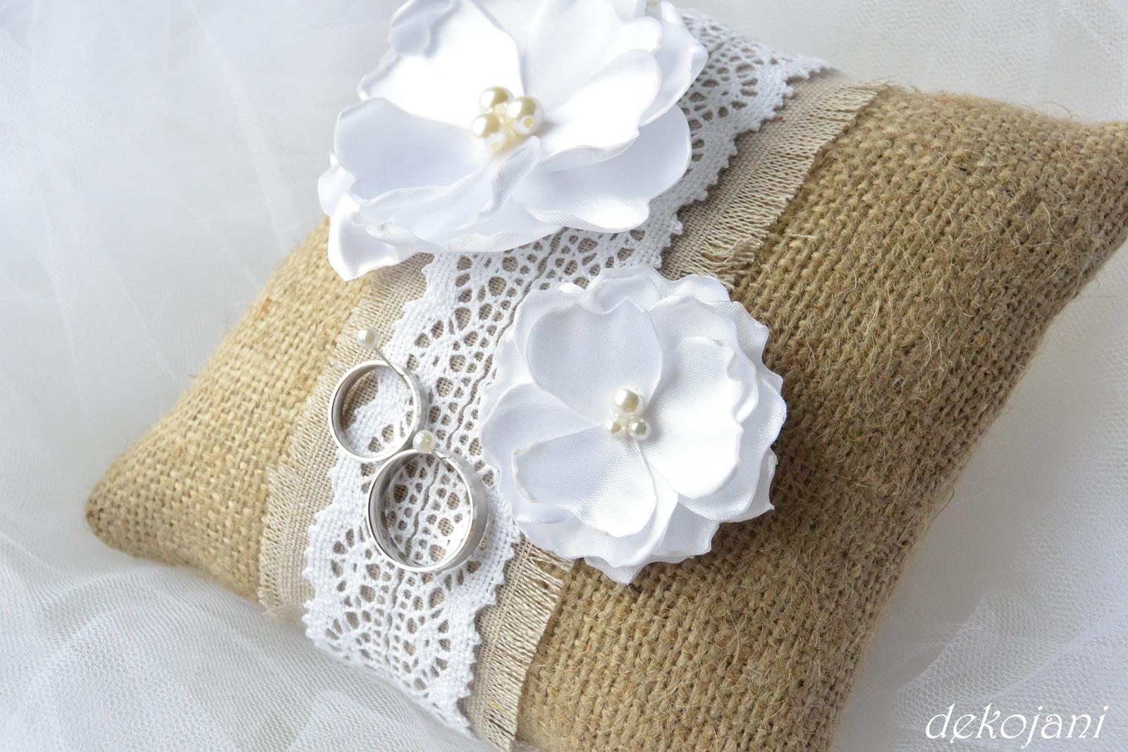 aguagulka - Jutový polštářek pod prstýnky s krajkou a ručně vyráběnými květinami...