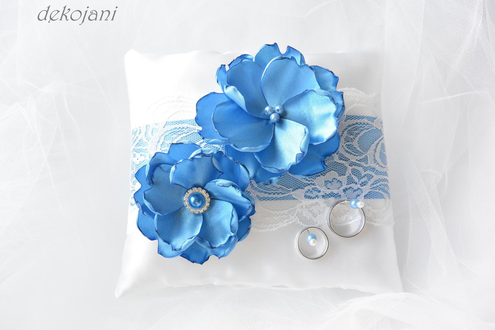 Polštářek pod prstýnky s modrými květy a krajkou - Obrázek č. 1