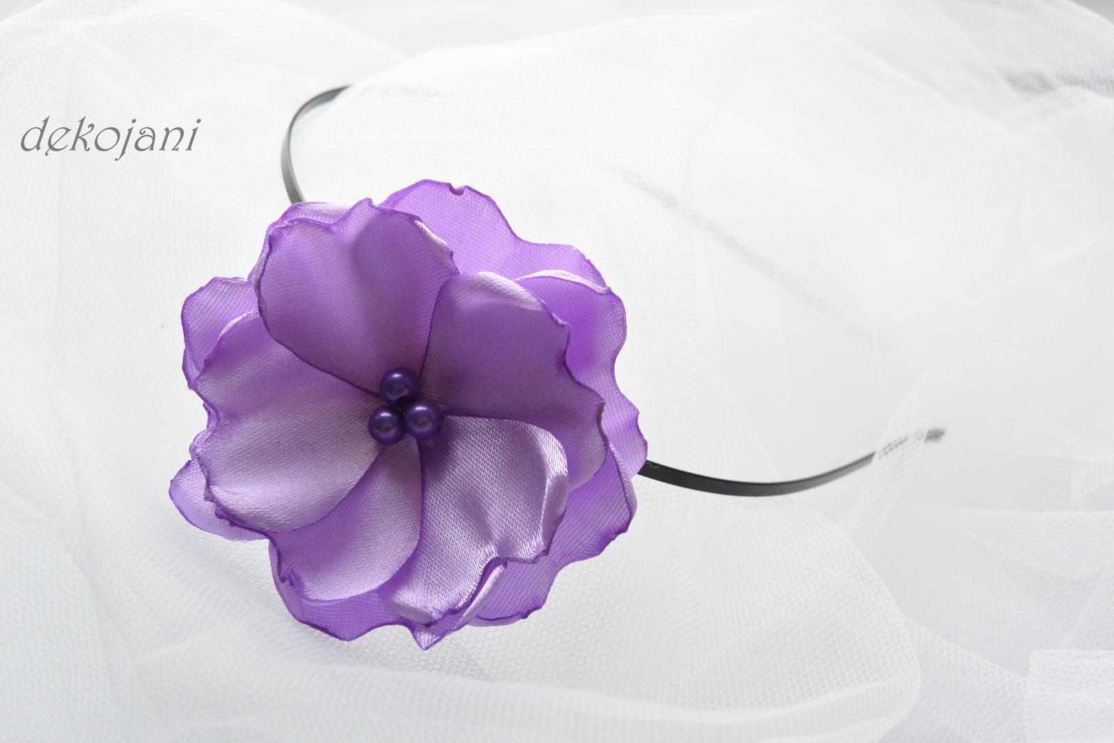 Světle fialová květina na stříbrné čelence - Obrázek č. 1