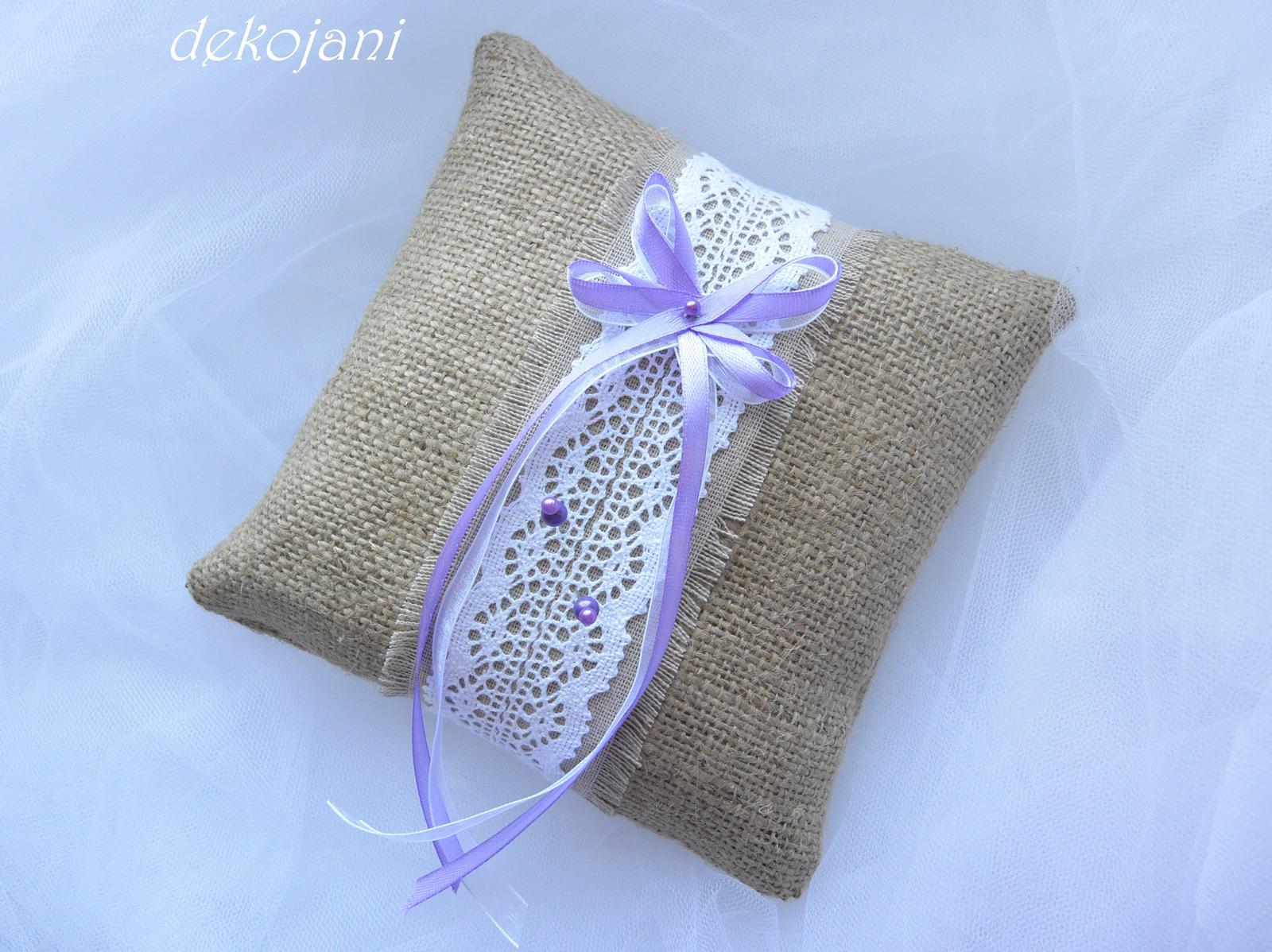 Plátěný lila polštářek pod prstýnky - Obrázek č. 3