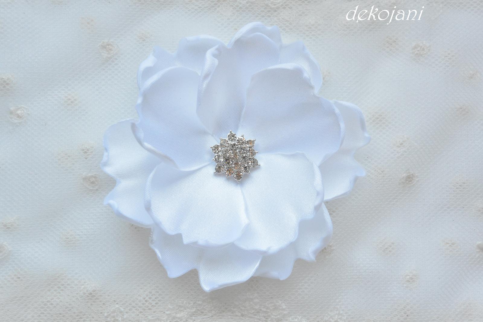 Bílá květina do vlasů na pinetě - Obrázek č. 1