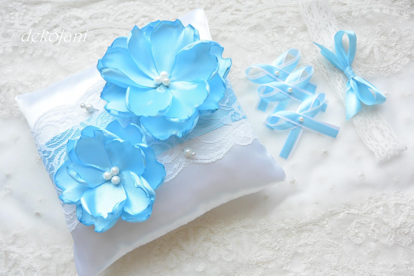 Polštářek pod prstýnky s modrými květinami  - Obrázek č. 1