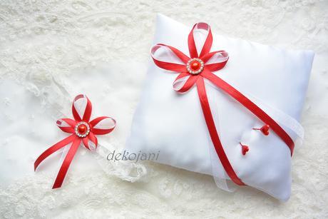 Saténový polštářek s červenou broží - Obrázek č. 1