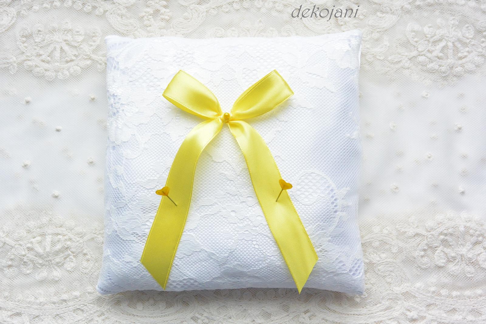 Krajkový žlutý polštářek pod prstýnky - Obrázek č. 1
