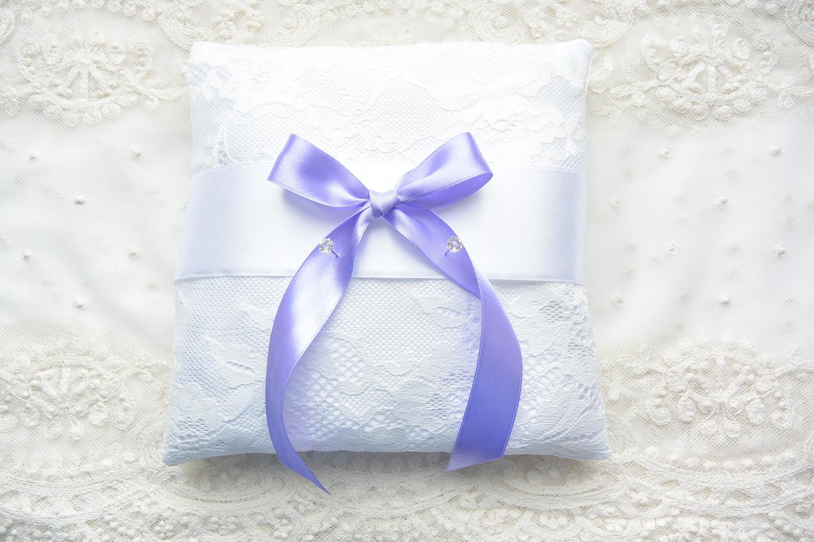 Fialový svatební polštářek s krajkou - Obrázek č. 4