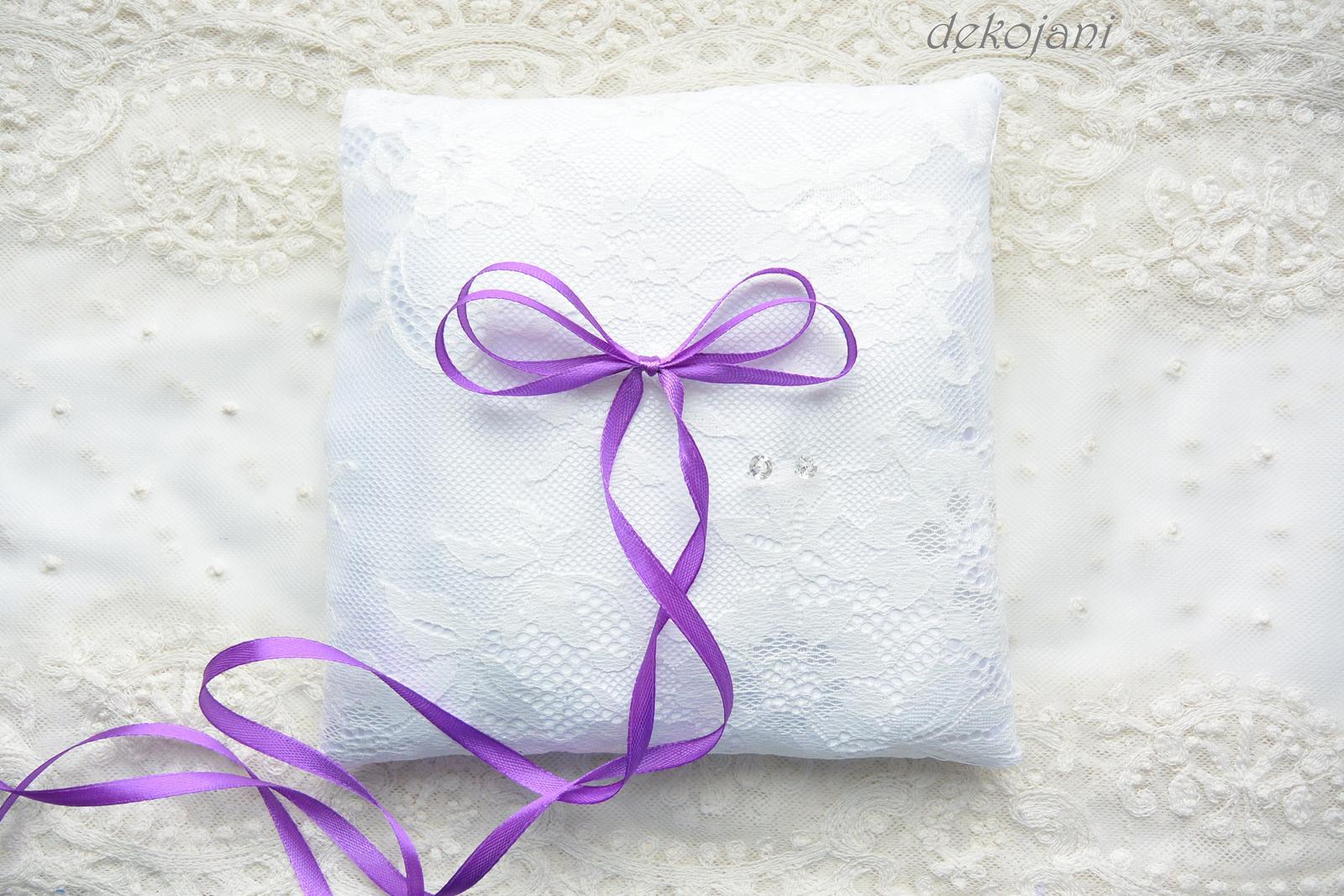Fialový svatební polštářek s krajkou - Obrázek č. 1