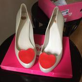 Mel boty s červeným srdcem, 41