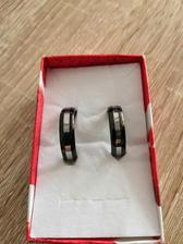 Naše snubní prsteny, které jsou vyrobeny z wolframu.